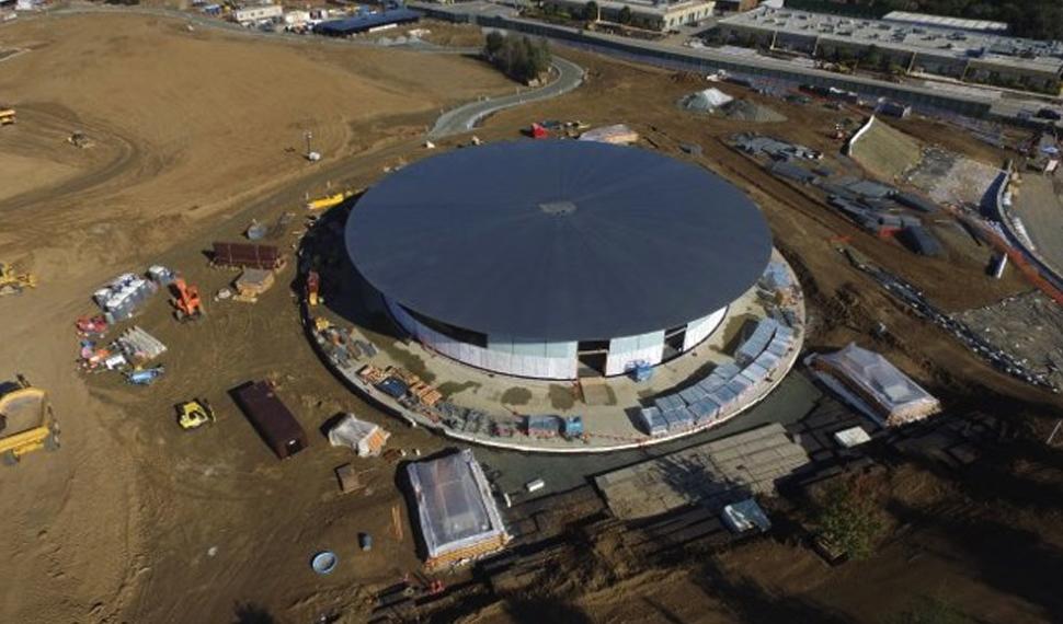 La tecnologia documentata dalla tecnologia: un drone sorvola sul Campus della Apple