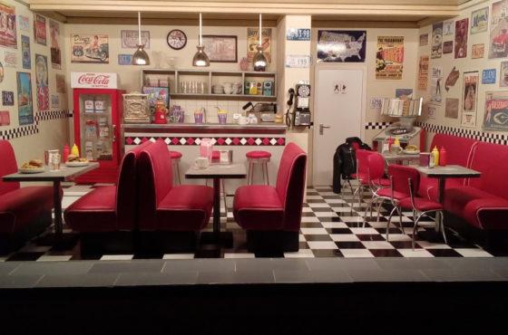 Il telefono a gettoni, l'hamburger e il dosatore di ketchup e maionese: a Model Expo Italy un american diner in miniatura